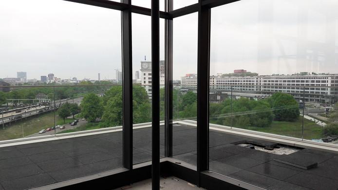 Het Gloeilampplantsoen in Eindhoven, gezien vanuit de voormalige directiekantine van Philips in gebouw TQ; dit wordt de bestuurderskamer van Geva BV.