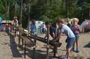 Kinderen vermaken zich opperbest met zand en water.