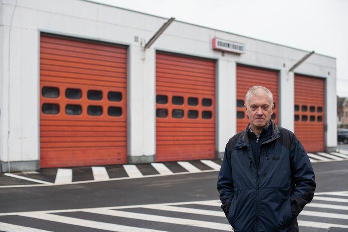 """Bob Colpin aan de brandweerkazerne van Buggenhout: """"Verhalen voor mijn boek over hoe deze lui zich met gevaar voor eigen leven inzetten voor anderen grepen me naar de keel""""."""