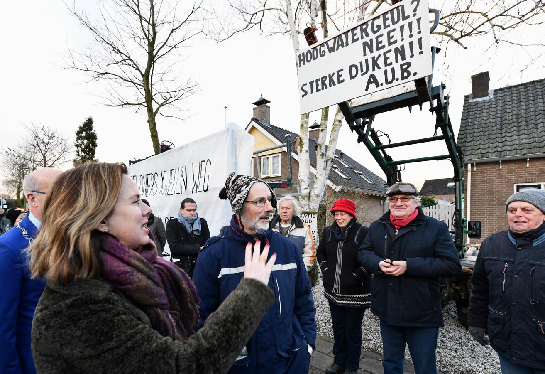 Bewoners van Varik en Heesselt protesteren tegen de komst van de hoogwatergeul bij het bezoek van minister Cora van Nieuwenhuizen.