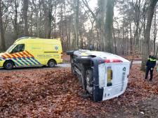 Busje belandt op z'n kant en ramt boom langs Zutphenseweg bij Lochem