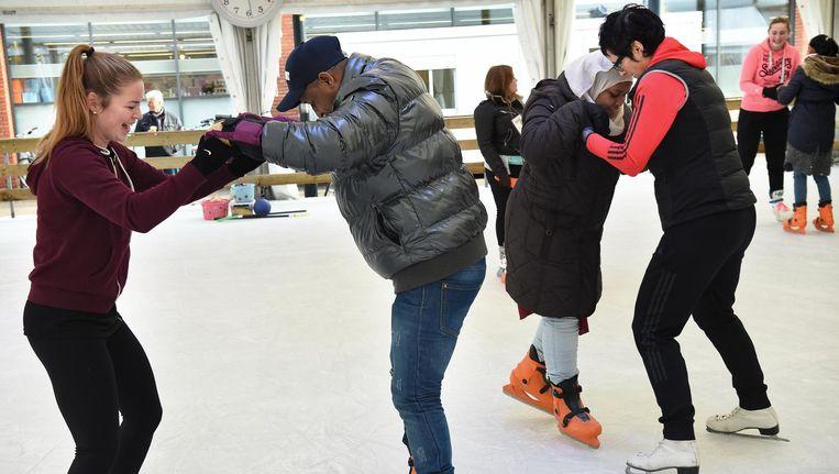 Nieuwe Nederlanders leren schaatsen in Beneden-Leeuwen Beeld Marcel van den Bergh