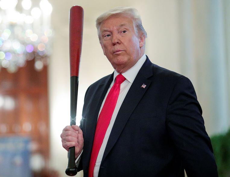 President Trump laat zich begin juli, aan de vooravond van Onafhankelijkheidsdag, in het Witte Huis met een honkbalknuppel zien, tijdens een evenement dat Amerikaanse producten in de schijnwerpers moet zetten.  Beeld Tom Brenner / Reuters