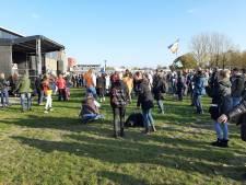 Coronaprotest in Apeldoorn dreigt al snel te eindigen: 'Jullie moeten afstand houden'