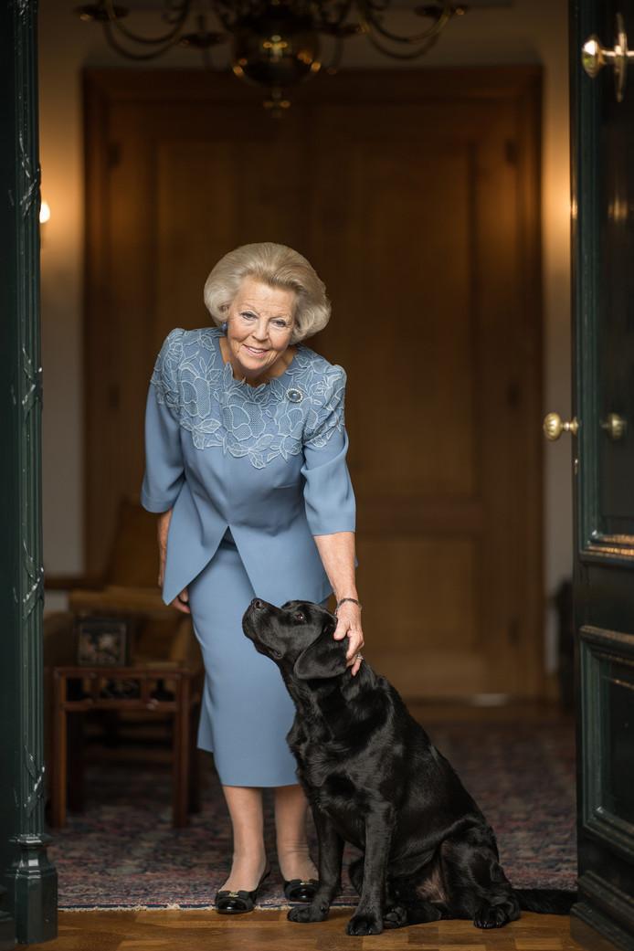Prinses Beatrix met haar hond.