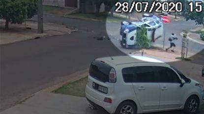 Politiewagen wordt in flank geraakt en mist voetganger op haar na