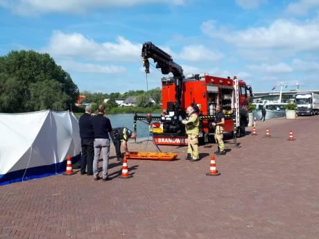 Politie doet onderzoek naar stoffelijk overschot op Rijnkade in Arnhem