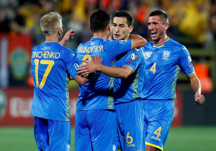 Ruslan Malinovsky viert zijn doelpunt namens Oekraïne.