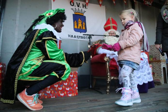 De sint zit om de kinderen te ontvangen, handjes te schudden en cadeautjes te geven in Haastrecht.