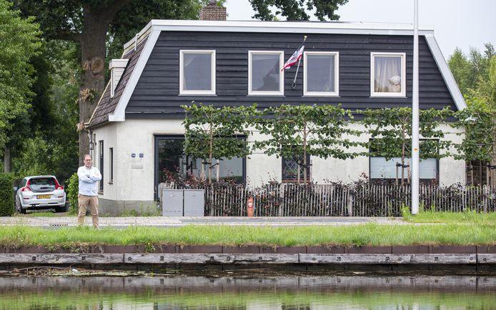 Vincent Grote Beverborg  bij zijn beschadigde woning aan kanaal Almelo-De Haandrik.