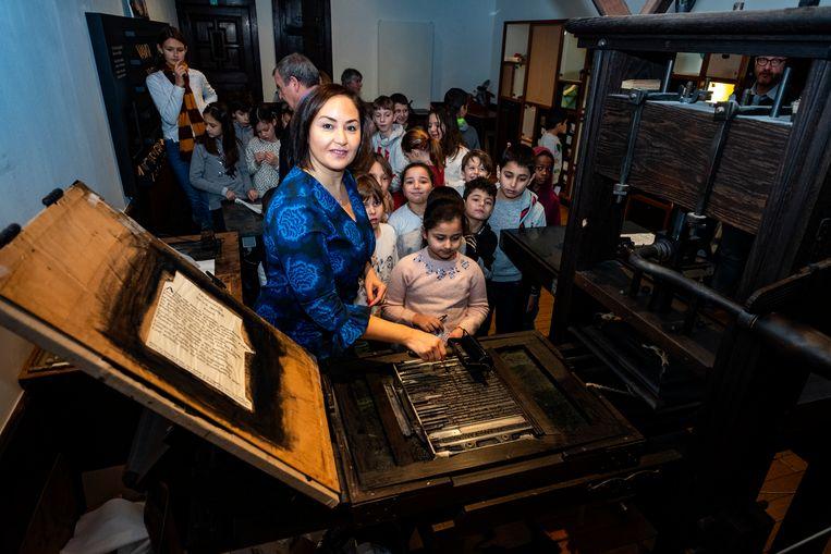 Nabilla Ait Daoud drukt 'elfjes' - gedichten van elf woorden - in het Museum Plantin-Moretus.