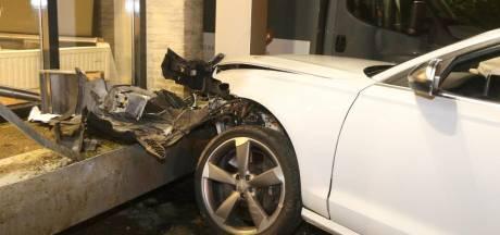 Auto belandt tegen pand in Empel