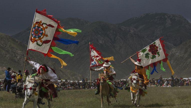 Tibetanen nemen deel in een paardenrace in Yushu in Qinghai. Beeld getty