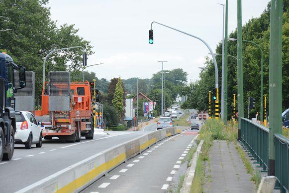 Bovenop het viaduct aan de Krijgsbaan zijn intussen verkeerslichten geplaatst.