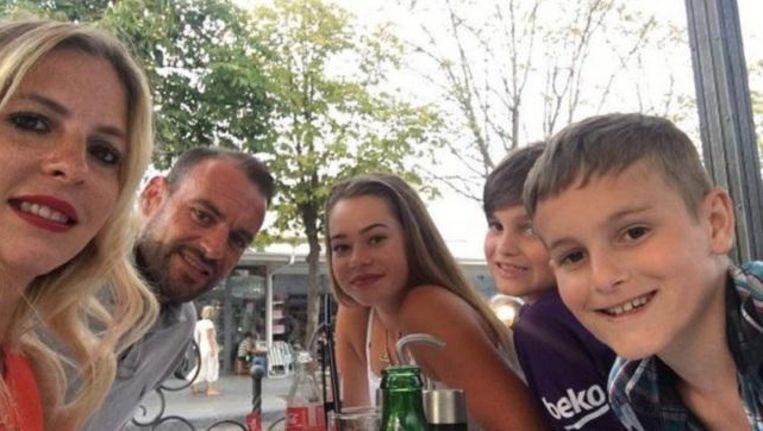 James Mackey met zijn partner Ashley en hun kinderen Faith, Lennie en Harry.