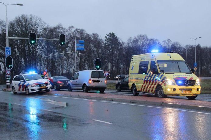 Hulpdiensten arriveren, nadat de bestelbus tegen de zwarte auto is aangereden