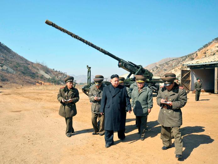 Kim Jong-un inspecteert geschut dat gericht staat op zuid-Korea (archieffoto).