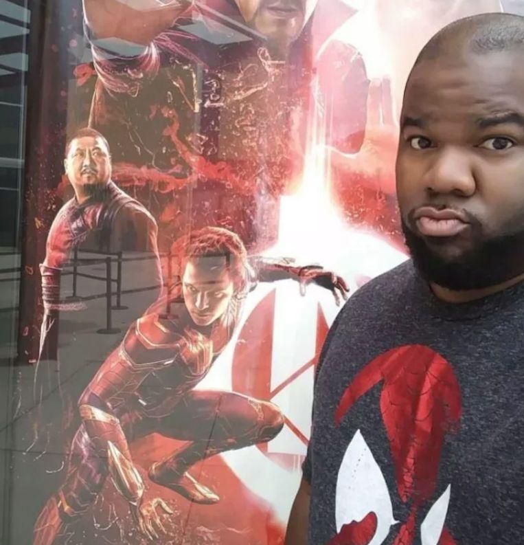 Tony met één van de Avengers-posters.