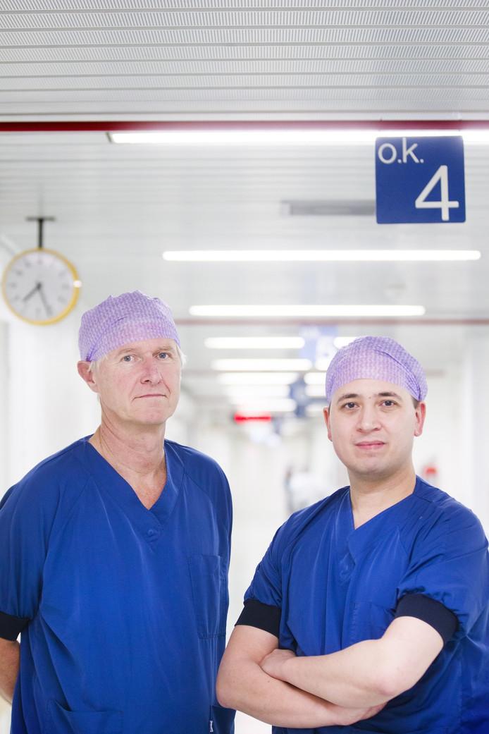 Chirurgen Van Straten (links) en Klein