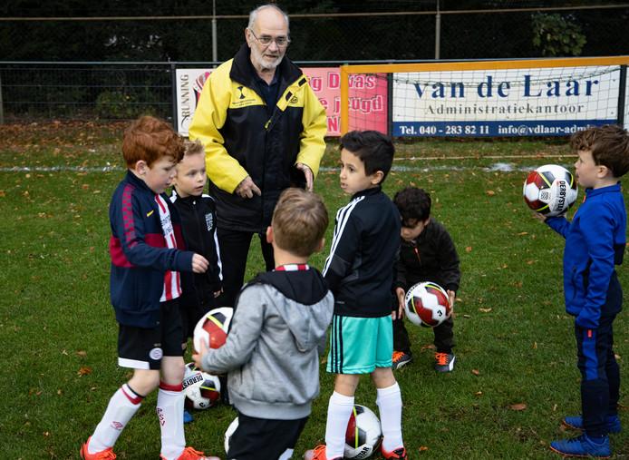 Wim Bazelmans traint al zestig jaar de jeugd bij voetbalvereniging UNA in Veldhoven.