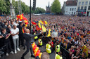 Erik ten Hag wordt luid bejubeld op de bomvolle Brink bij de viering van de promotie van Go Ahead Eagles op 27 mei 2013.