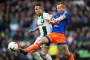 Jordy Clasie (rechts) in duel met Tjaronn Chery van FC Groningen.