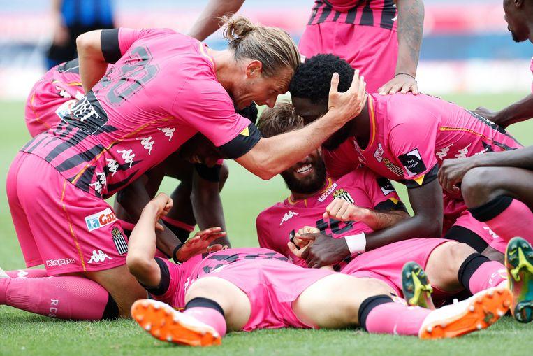 De spelers van Charleroi vierden iets te dicht bij mekaar.