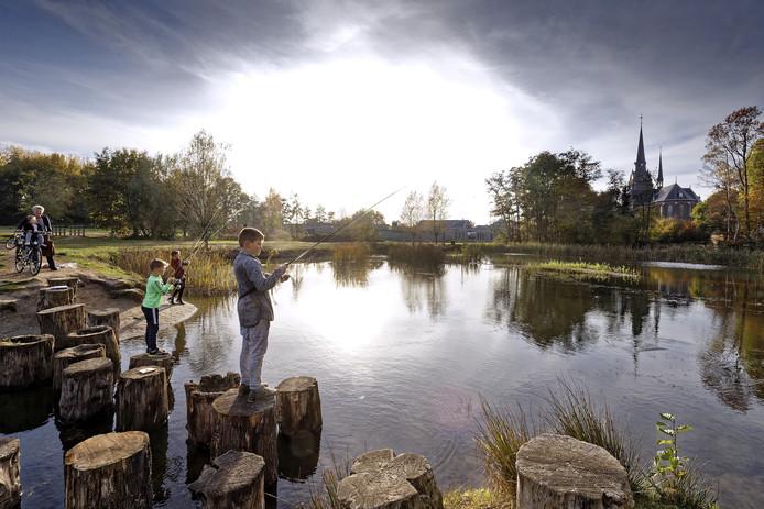 Juul, Sam en Liam (vlnr) zijn drie van de 28 kinderen die al mogen vissen in de vijver achter de Lambertuskerk in Haaren.