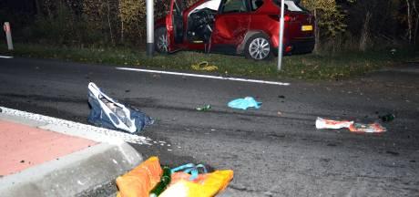 Wegdek bezaaid met brokstukken en boodschappen na botsing in Warnsveld
