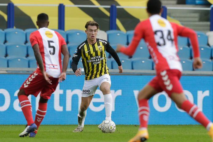 Patrick Vroegh in het duel van Viutesse met FC Emmen.