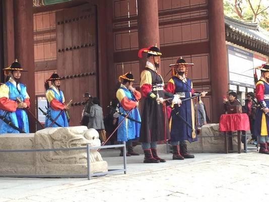 Peter Sanders als Zuid-Koreaans generaal bij het wisselen van de wacht in Seoul.