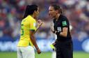 Marie-Soleil Beaudoin in gesprek met de Braziliaanse Thaisa.