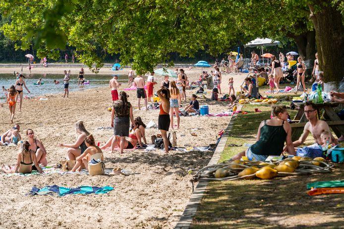 Veel mensen die bij de Geffense Plas genieten van het mooie weer op Hemelvaartsdag.