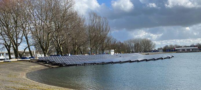 Begin maart begon de opbouw. Het drijvende veld met zonnepanelen wordt op het land aan elkaar geklikt en daarna te water gelaten.