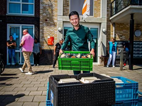 Eigenaar van De Watertuin verrast zorgmedewerkers met maaltijden: 'Ze doen fantastisch werk'