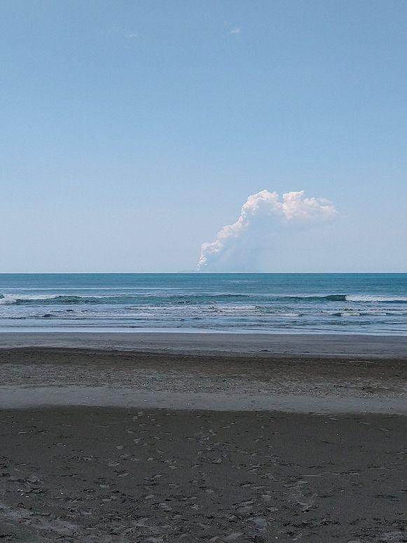 De uitbarsting gezien vanaf Ohope Beach op het Noordereiland van Nieuw-Zeeland.