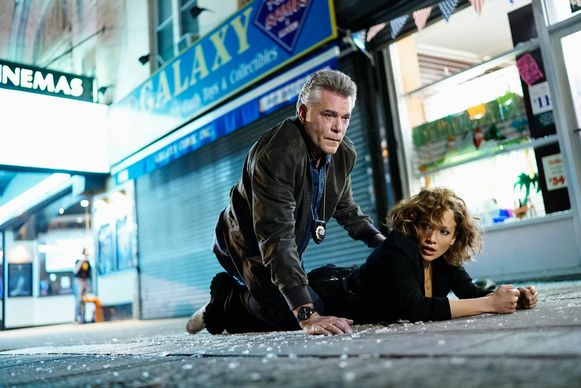 Ray Liotta (Matt Wozniak) en Jennifer Lopez (Harlee Santos) in de tv-serie Shades of Blue.