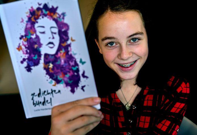 Lucie Hardenbol (13) van het Stedelijk Dalton Lyceum maakt indruk met haar gevoelige gedichten.