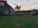 De boerderij van Peer Smulders en het vervallen schuurtje ernaast.
