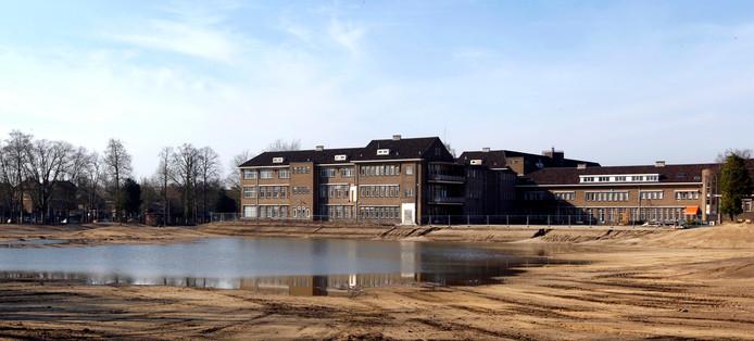 Het oude ziekenhuis is al lang verdwenen. In het deel dat nog overeind staat zitten tot nu toe allerlei bedrijfjes, zoals het Hiphuis.