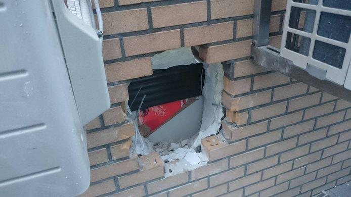 De daders drongen het tankstation binnen door een gat te kappen in de muur.