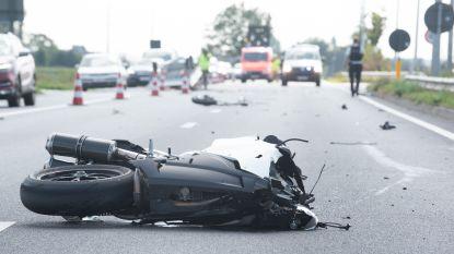 Motorrijder zwaargewond na crash tegen aanhangwagen met verkiezingsborden Gentse politica