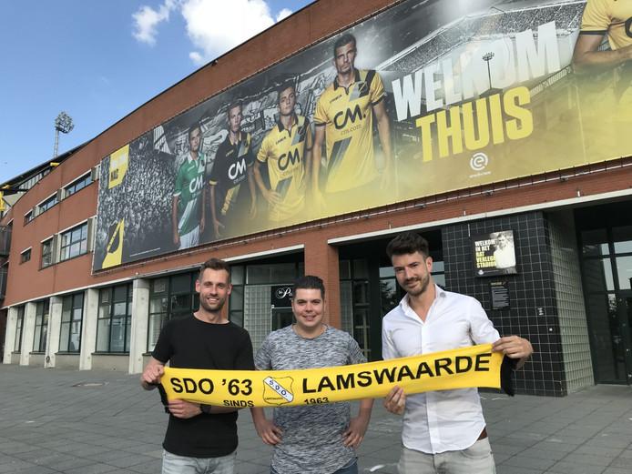 SDO-spelers Joris Freijzer, Jeffrey de Koning en Martijn Ivens voor het stadion van NAC Breda.
