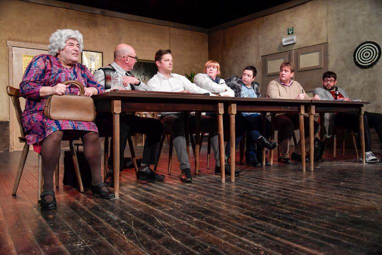 De toneelvereniging tijdens een repetitie bij een van hun vorige toneelstukken.