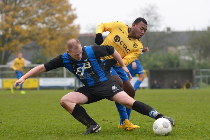 Janno van Doornmalen (HRC'14, links) in duel met Afis Traore (Wilhelmina).