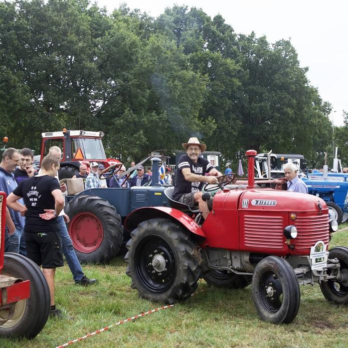 De tractoren trekken zoals gebruikelijk veel bekijks op Woensdrechtse boerendag in Hoogerheide. foto Johan Wouters/pix4profs