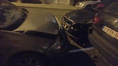 Zestiger botst tegen geparkeerde wagens