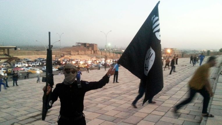 een IS-strijder in de Noord-Iraakse stad Mosul. Beeld REUTERS
