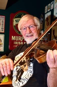 Jan zweert bij Ierse levensstijl en bespeelt de fiddle in zijn eigen pub