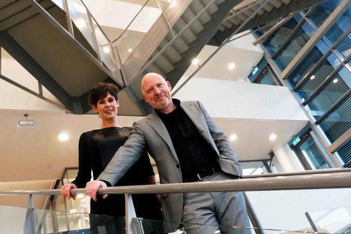 Directeur Tonny van de Ven (links) en Karo van Dongen, lid van de Raad van Toezcht van woningcorporatie Alwel.